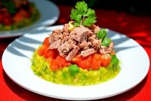 Салат с тунцом, помидорами и авокадо