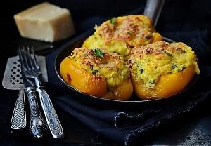 Перець, фарширований кукурудзяною крупою з овочами
