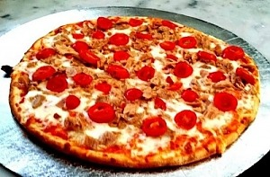 Пицца с тунцом на слоеном тесте