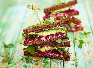 Сэндвичи со сливочным сыром, красной рыбой и свеклой