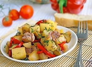 Мясо курицы с овощами на сковороде