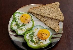 Жареные яйца с помидорами в кольцах болгарского перца