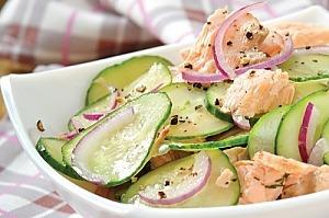 Салат из лосося и огурцов с медовой заправкой