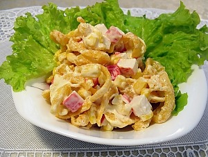 Салат с крабовыми палочками, чипсами и кукурузой