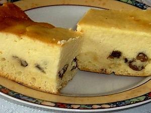 Простой пирог с творогом и изюмом
