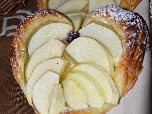Сердечки из слоеного теста с яблоками