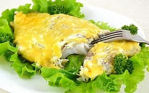 Нежное рыбное филе, запеченное в духовке под сырной шапкой