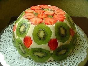 Легкий літній торт з полуницею та ківі