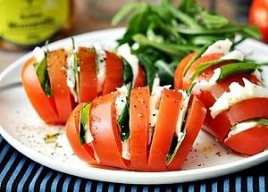 Необычный салат «Капрезе» в помидоре