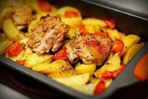 Курка, маринована в кефірі, запечена з картоплею