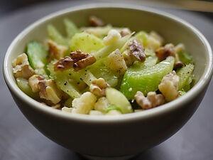 Яблочный салат с сельдереем
