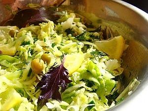 Салат из молодой капусты с лимонной заправкой