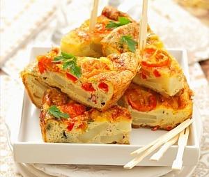 Картофельная тортилья с перцем и помидорами