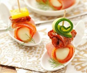 Моцарелла с ветчиной, огурцом и вялеными помидорами