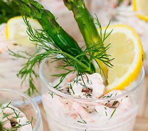 Креветковий коктейль со спаржей