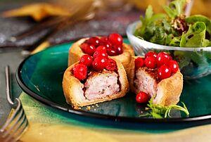 Мини-пироги со свининой и клюквой