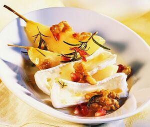 Сир камамбер з грушами, гранатом і горіхами