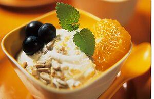 Йогурт с мандаринами, виноградом и мюслями