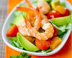 Салат с креветками, авокадо, помидорами и апельсинами