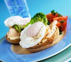 Булочка з яйцями-пашот і шинкою з індички