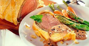 Мясной пирог «Биф Веллингтон» с трюфельным соусом