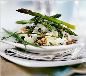 Трюфельно-картофельное пюре с зеленой спаржей под соусом
