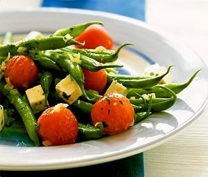 Стручкова квасоля з фетою і помідорами чері