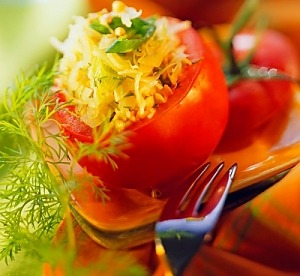 Помидоры, фаршированные гречкой и квашеной капустой