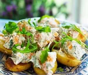 Печена картопля з копченою фореллю