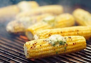 Кукуруза на гриле с зеленым маслом
