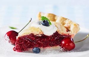 Ягідний пиріг із вишнею й чорницями