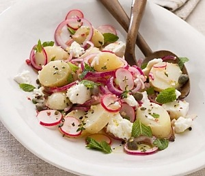 Картофельный салат с редиской, фетой и мятой