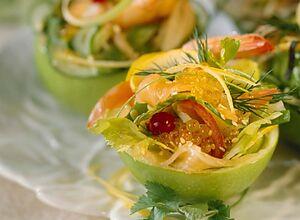 Лососевый салат с икрой в яблочных мисочках
