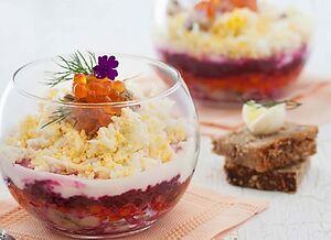 Салат із буряка з яйцем і червоною ікрою