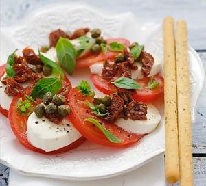 Капрезе з в'яленими помідорами й каперсами