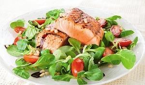 Маш-салат с жареной форелью