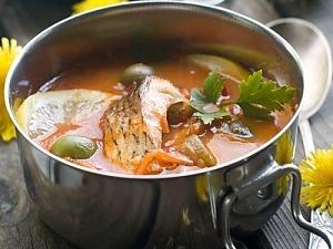Рибний суп з оливками і каперсами