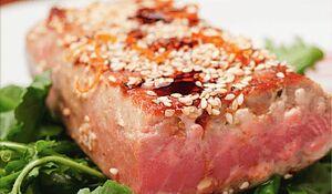 Стейк тунца в кунжуте в азиатском стиле