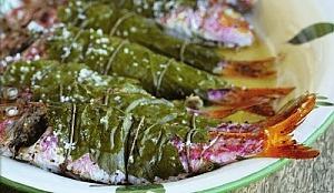 Рыба барабулька в виноградных листьях