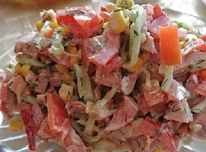 Салат з копченим окорочком, солодким перцем і кукурудзою