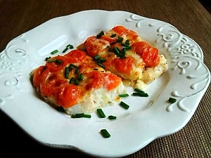 Тріска, запечена у фользі з помідорами