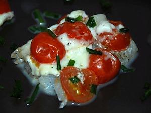 Минтай, запеченный с помидорами черри