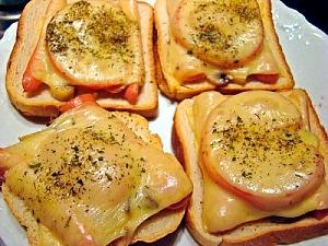 Горячие бутерброды с грибами и сосисками
