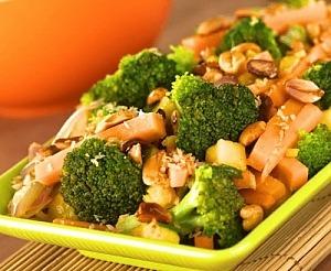 Стир-фрай с брокколи и арахисом