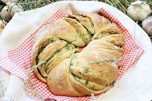 Пирог с чесноком и травами
