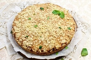 Тертый пирог с творогом и вареньем
