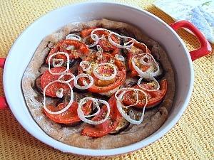 Пирог из цельнозерновой муки с томатами и баклажанами