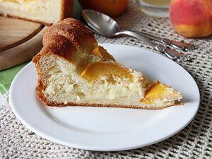 Пирог из дрожжевого теста с персиками