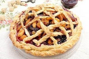 Пирог с ягодами и сухофруктами из слоеного теста