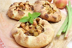 Пирог-галета с ревенем и яблоками